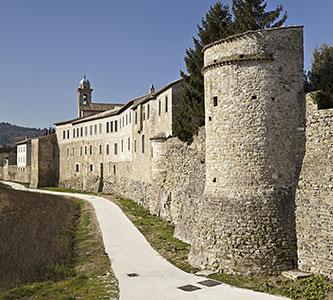 Cariani - Umbria, le mura medievali di Bevagna dove mangiare il miglior panino con la porchetta