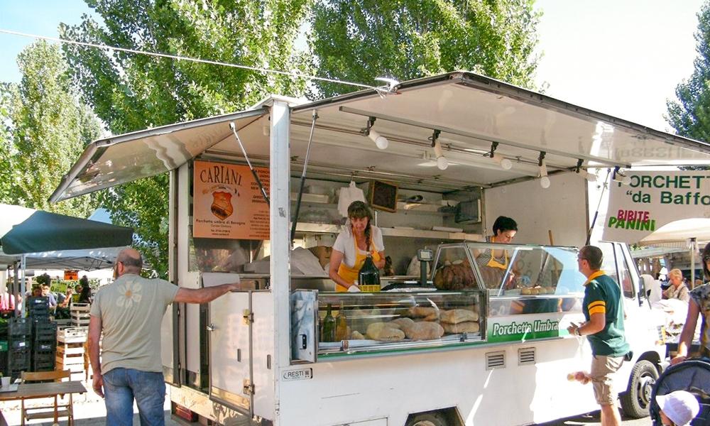 Lo stemma Cariani sui food truck che vendono i panini con la porchetta umbra di Bevagna