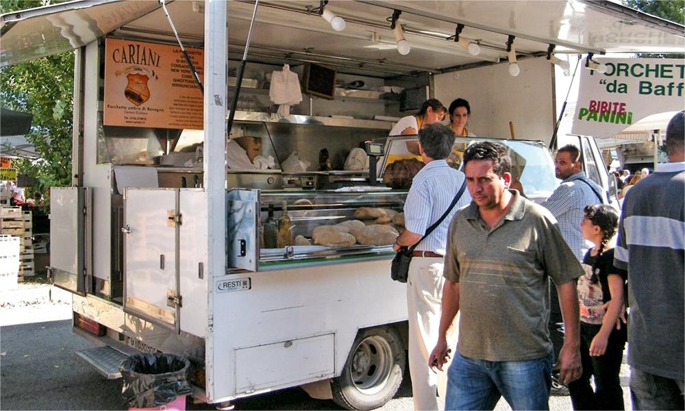 Il furgoncino della porchetta. Cerca quelli con il marchio Cariani per la porchetta più buona